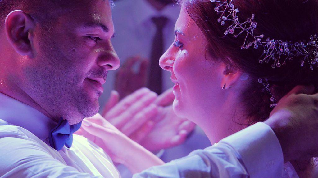 レバノンで結婚式の準備 聴覚障害のカップルと仲間たち