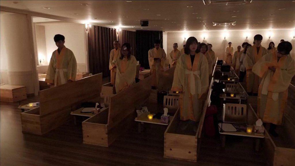 遺書残し棺の中に入る「自分葬」に2万人超 韓国