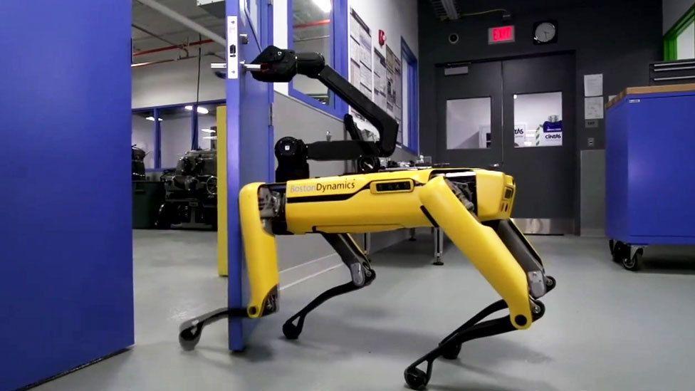 ドアを開けて仲間も通す 米社開発の犬型ロボット