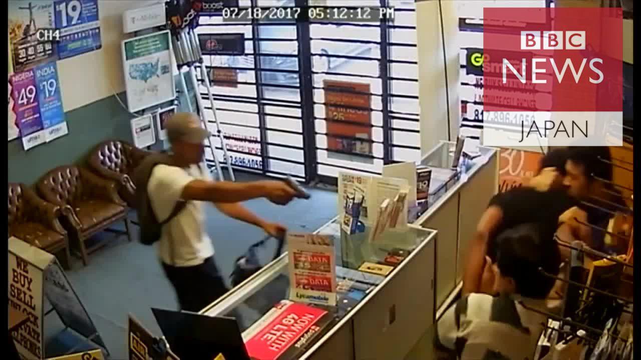 銃を持った強盗に店員飛びかかり… 米テキサス州