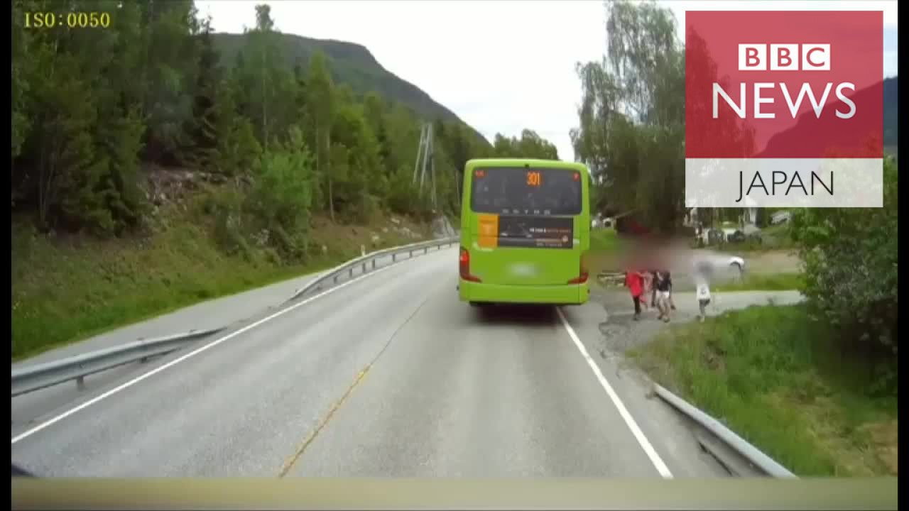 子供たちが大型トラックとニアミス 対向車線見ず道を渡ろうと