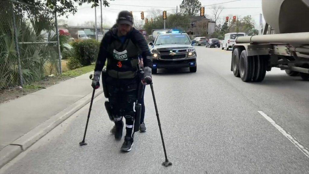 下半身まひの男性、フルマラソンで世界新 「外骨格スーツ」で33時間