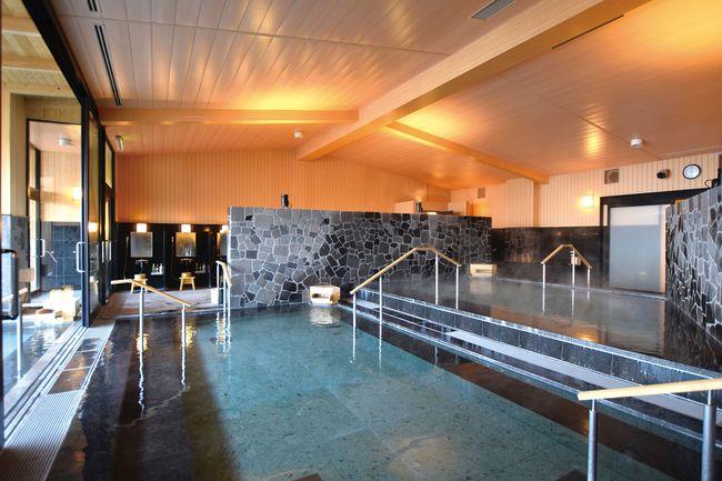 (写真:バリアフリー化された大浴場)