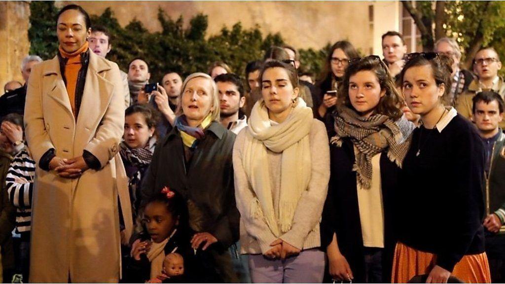 聖歌を歌うパリ市民、ノートルダム大聖堂火災の衝撃