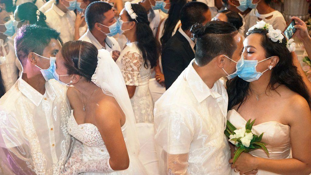 マスク越しにキス、新型ウイルス対策で フィリピンの集団結婚式