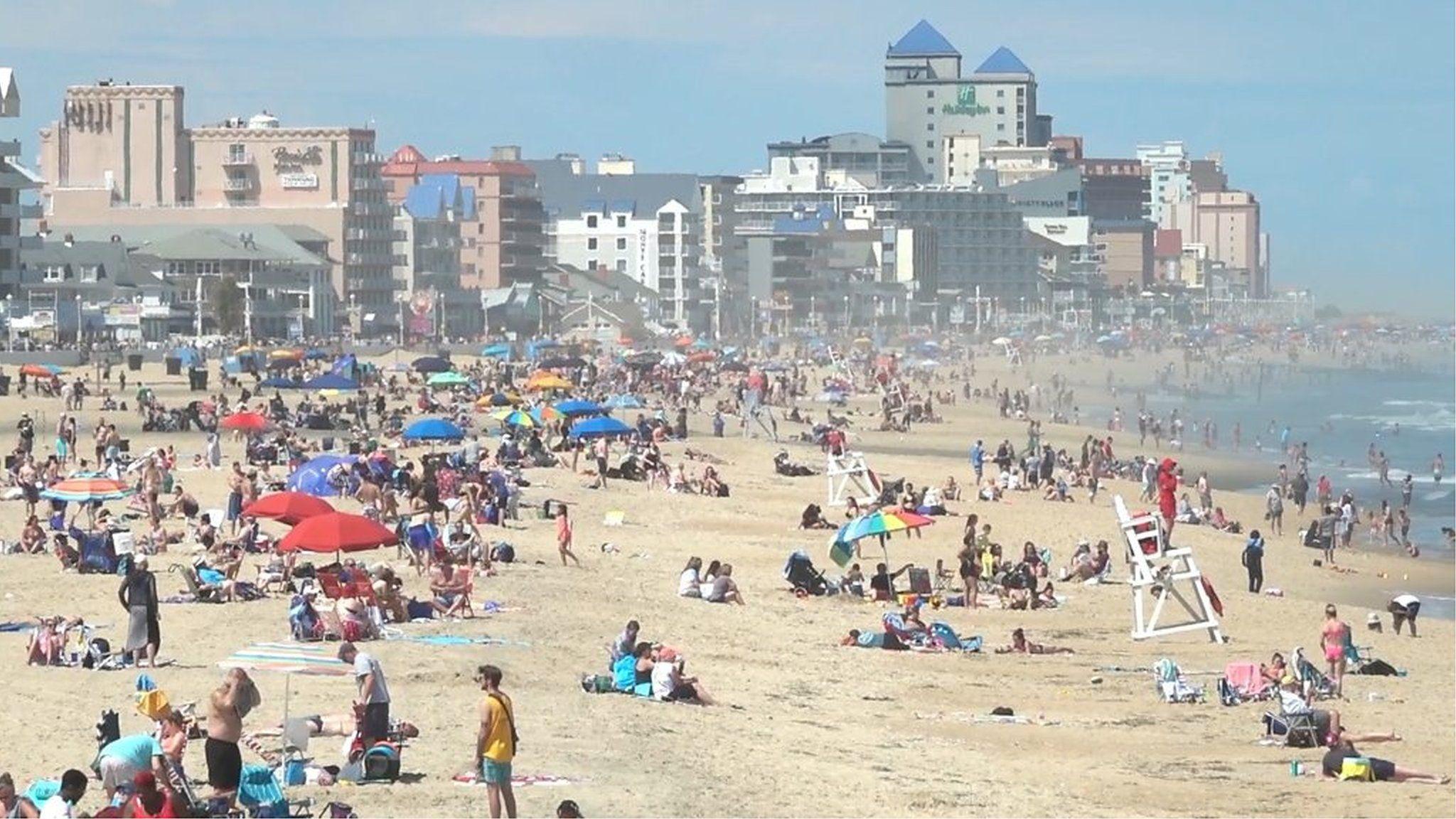 「誰もマスクをつけてない」 米各地のビーチ、3連休に大混雑