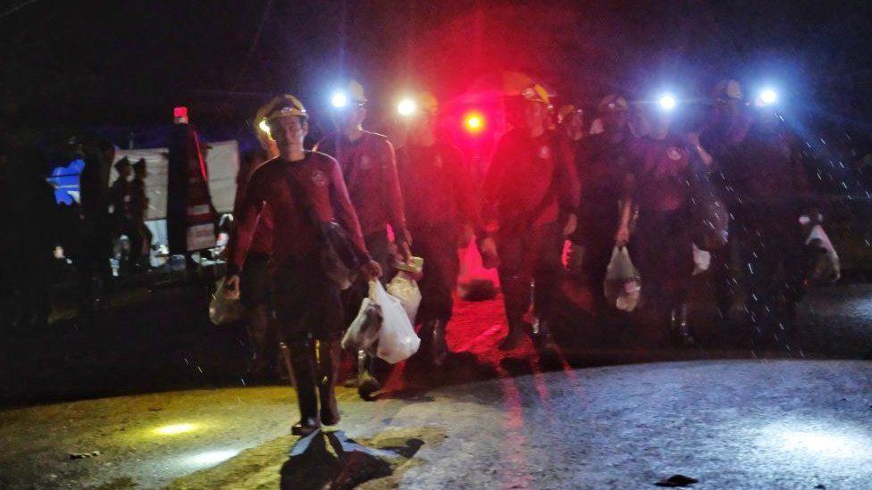 少年の救助報告に歓声 タイ洞窟