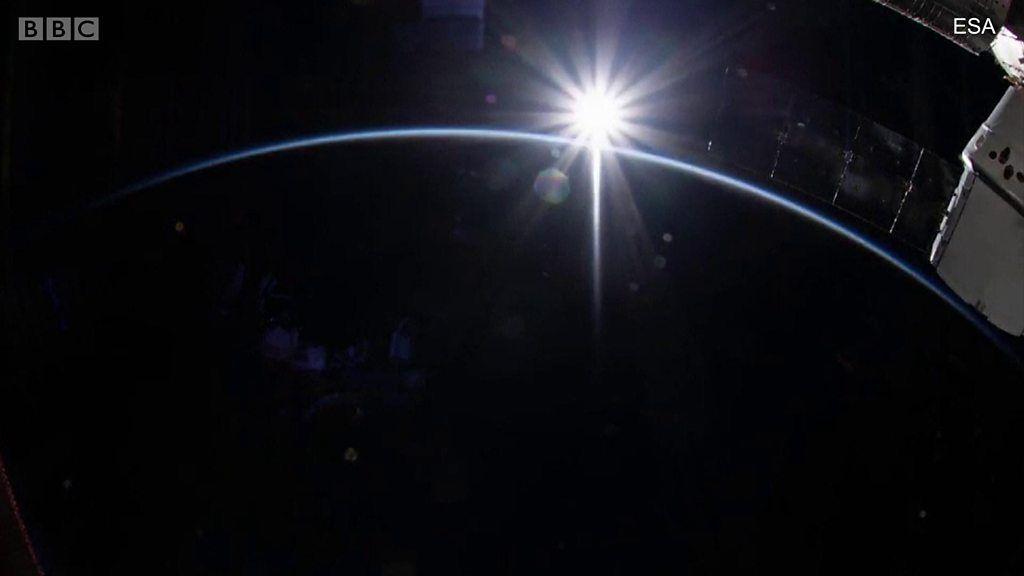 宇宙から見た日の出の光 1日16回