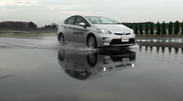 溝なしタイヤに二度と乗りたくなくなる動画