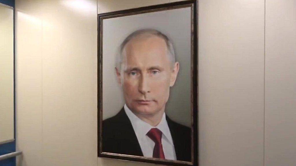 エレベーターにプーチン大統領の肖像 住民の反応は?