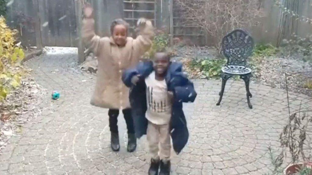 初めての雪にピョンピョン、難民の子供たちエリトリアからカナダへ