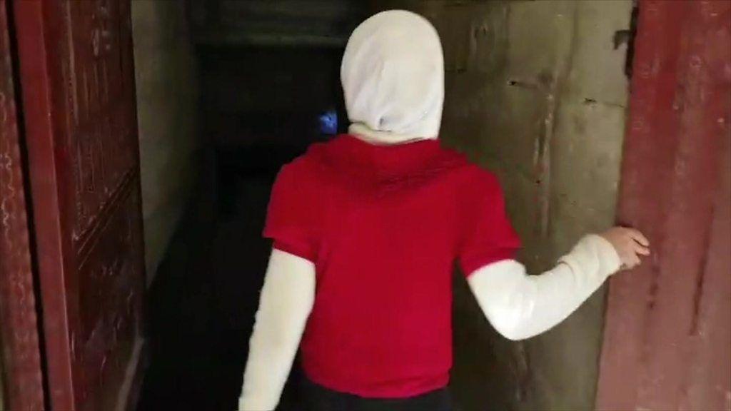 爆撃を逃れて地下室に暮らす 東グータの11歳