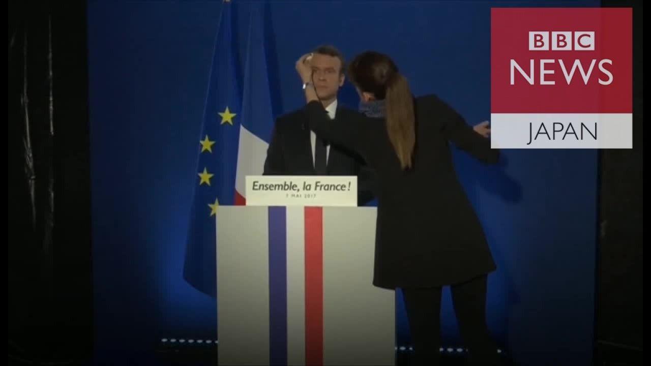 仏大統領選に勝ったマクロン氏 メイクを直され水を飲み