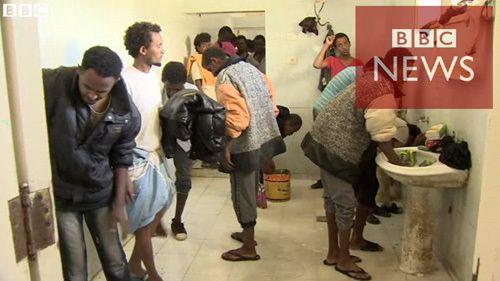 欧州を目指す移民であふれるリビア施設
