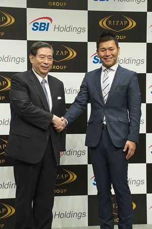 左:左:SBIホールディングスの北尾社長、右:RIZAPグループの瀬戸社長