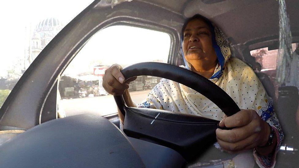 「バスが私を救った」 夫を亡くしたパキスタン女性の物語