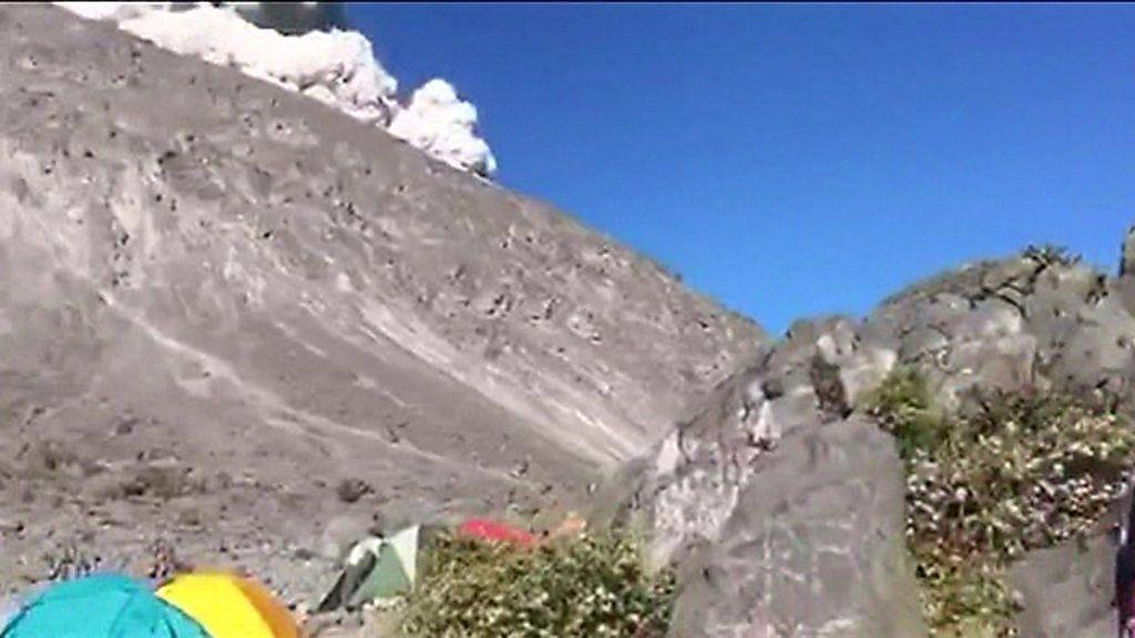 火山の噴煙が目前に、キャンプ客緊迫の瞬間 インドネシア