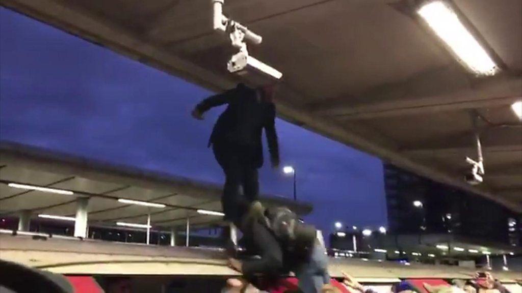 温暖化警告の活動家がロンドン地下鉄を妨害 怒る市民に引きずり下ろされ