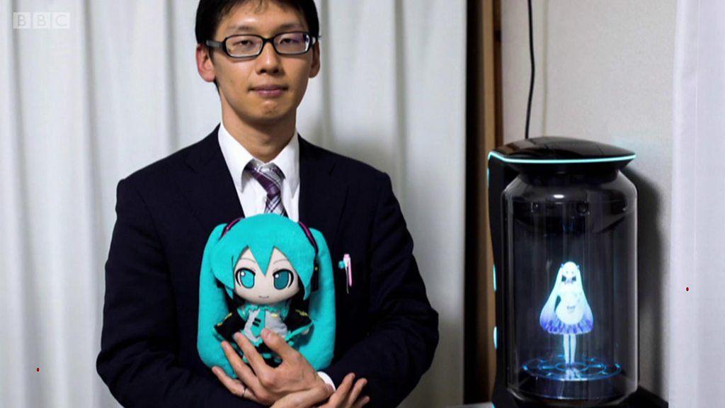 日本人男性、仮想現実のポップスター「初音ミク」と200万円の結婚式