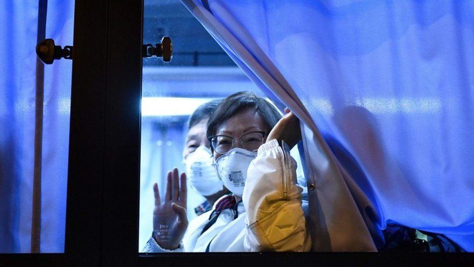 新型ウイルス感染のクルーズ船、米国人乗客が帰国の途へ