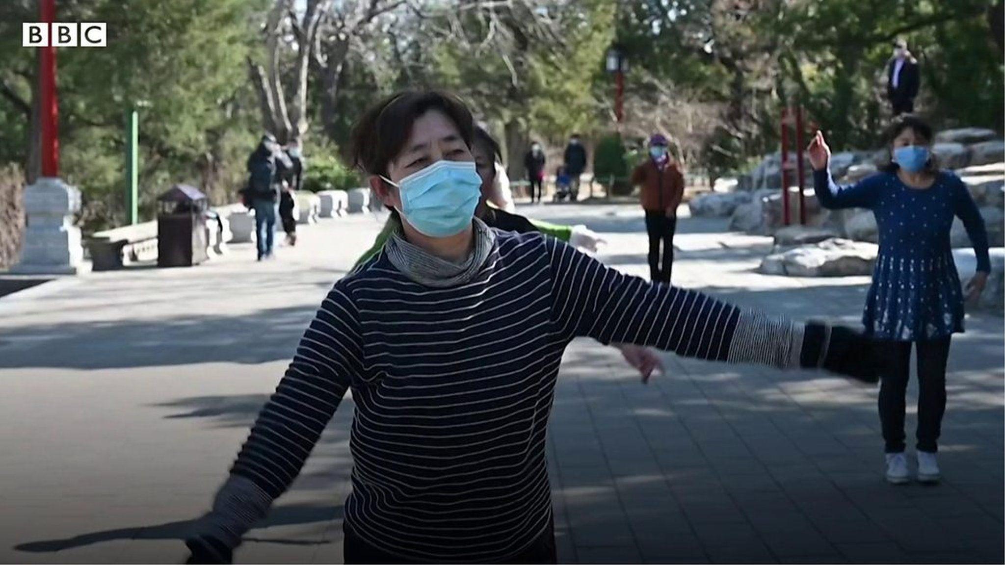 「空気が新鮮」 規制緩和で数カ月ぶりに外出、中国・北京の人々