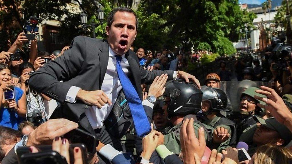 野党指導者が国民議会議長に再選、議場から締め出しも ヴェネズエラ