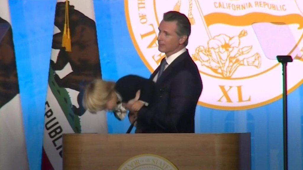 パパと一緒がいい? 米知事の就任演説で2歳息子が壇上から下りず