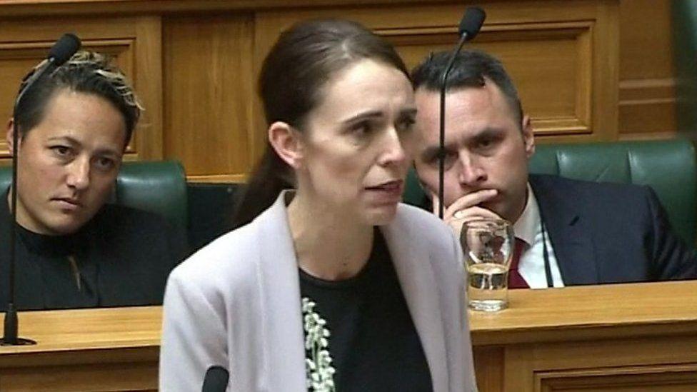 声を震わせ……ニュージーランド首相が銃規制を訴える