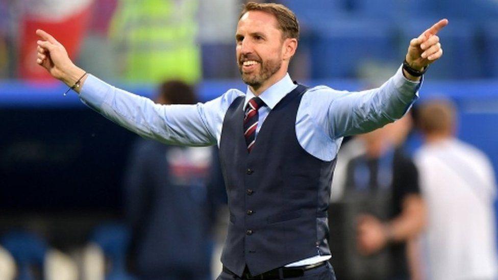 イングランド代表監督、ベスト姿が人気に