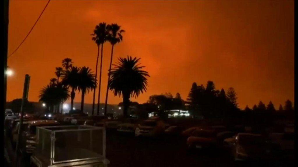 山火事を逃れ海岸へ、数千人が避難 オーストラリア