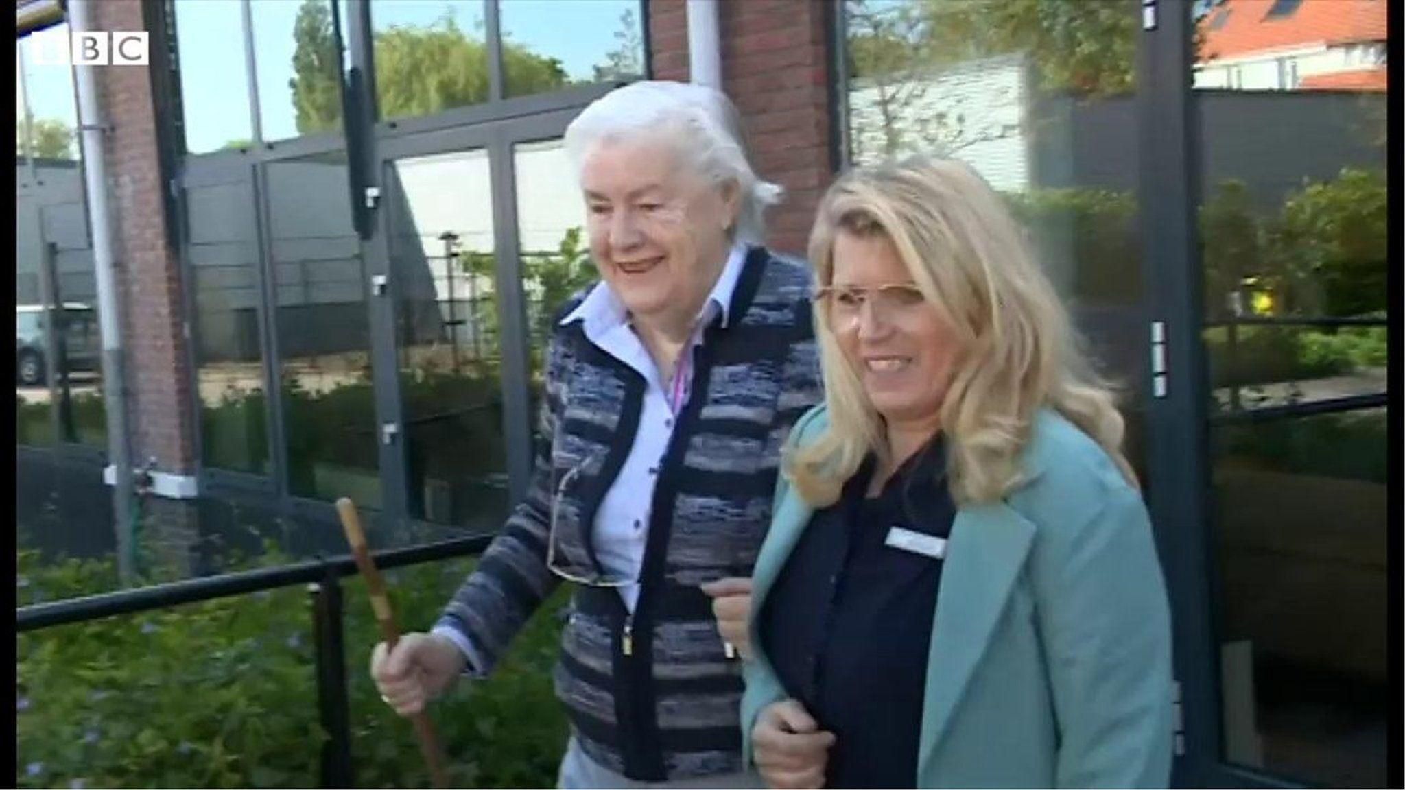 ガラス越しに「お母さん!」 ロックダウン続くオランダで家族が再会