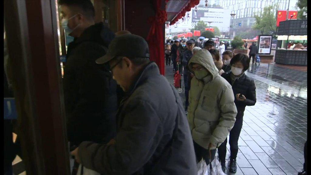マスク求め、薬局に長蛇の列 新型ウイルス大流行の中国