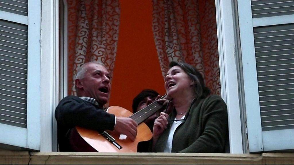 全国封鎖のイタリア、窓やベランダから歌声が次々と……ウイルスと戦い