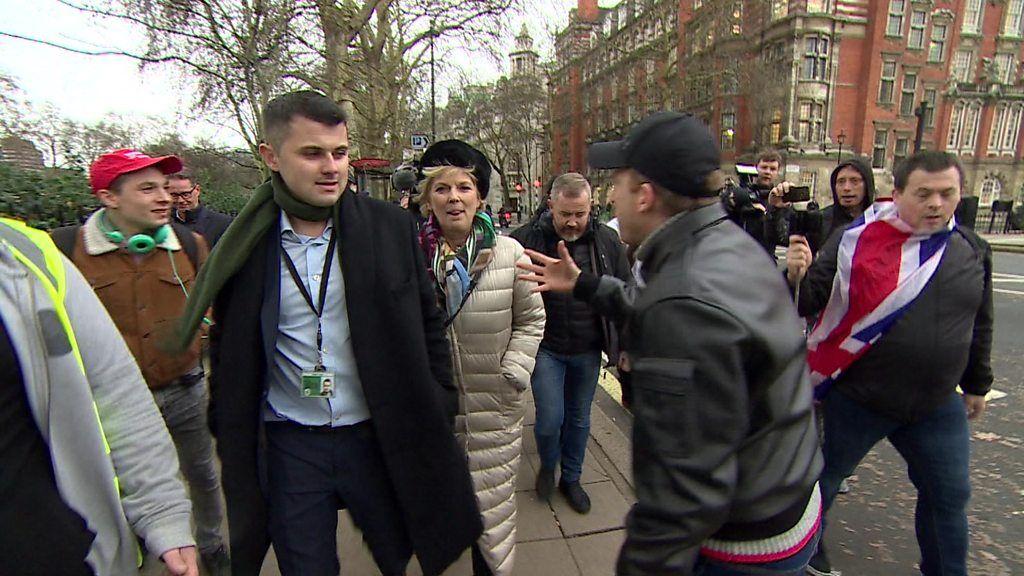 英与党議員に「ナチス」「くず」と罵声 議事堂外で